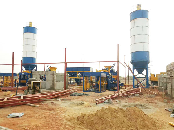 block mlding machine in construction site